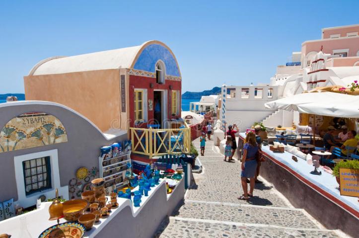 santorini-oia-juillet-les-touristes-font-l-achat-en-juillet-dans-la-ville-d-oia-sur-l-île-de-santorini-grèce-45193673